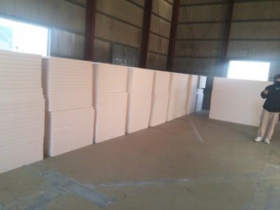 1月8日、材料到着! 畳1畳サイズの物が約400枚。材料をトレーラーから荷卸しするだけでも大変・・・